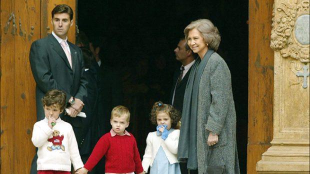 Victoria Federica con el calcetín junto a parte de la Familia Real /Gtres