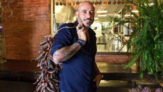 El cocinero Daniel Redondo a las puertas de Rubaiyat en Madrid.