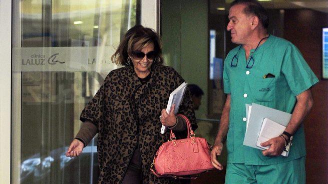 La periodista María Teresa Campos saliedo de la Clínica