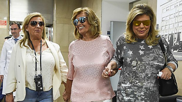 """La periodista María Teresa Campos saliendo del hospital """"Fundación Jiménez Díaz """" de Madrid tras recibir su alta hospitalaria junto a sus hijas la presentadora Terelu Campos y Carmen Borrego /Gtres"""
