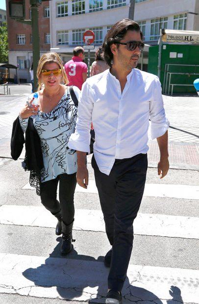Maximiliano y Terelu Campos en las inmediaciones del hospital /Gtres