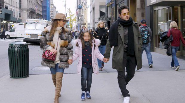 Paula Echevarría y David Bustamante con su hija Daniella en las calles de Nueva York /Gtres