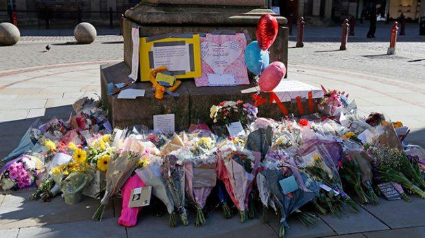 Flores en memoria de las víctimas