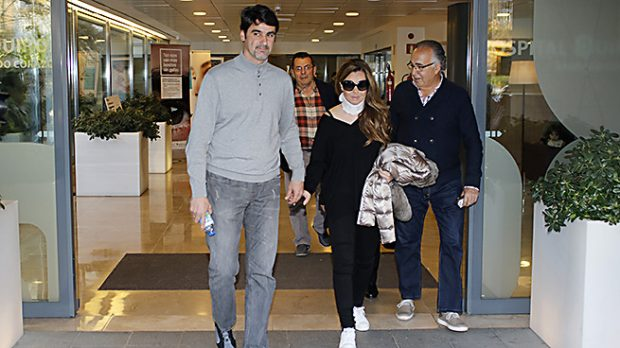 El torero Jesulín de Ubrique y María José Campanario saliendo del hospital Quirón de Sevilla. /Gtres