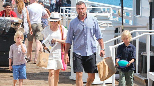 Naomi Watts y Liev Schreiber con sus hijos