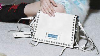 La firma italiana traslada el concepto inside/outside a sus bolsos en su nueva colección. / Prada