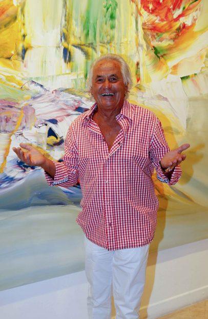 Sebastián Palomo Linares posa sonriente ante un óleo /Gtres
