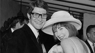 Yves Saint Laurent con la actriz Shirley MacLaine (1965). Haz clic para ver la galería. / Gtres