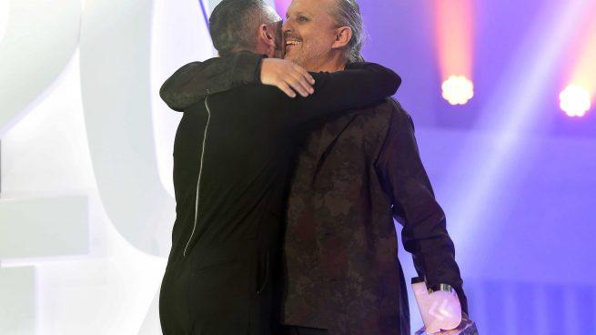 David Delfín y Miguel Bosé durante los Premios Cadena Dial /Gtres
