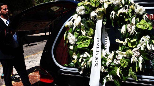 Los restos mortales de David Delfín con una corona de la Familia Bosé