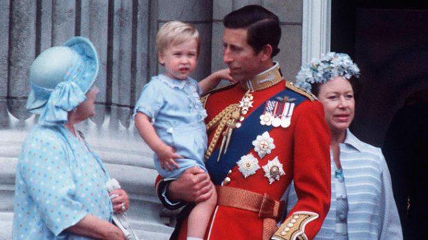 El príncipe Carlos con su hijo Guillermo y la reina madre