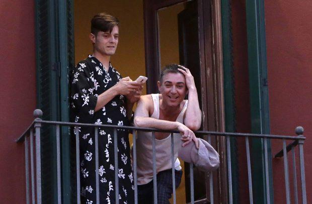 El Humorista Ángel Garo y Darío Albelaira en el balcón de la vivienda del cómico /Gtres