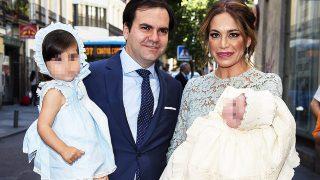 Gema Ruiz y Juan Díaz con su hija Julieta durante el bautizo de su hijo Juan Díaz Ruiz en Madrid / Gtres