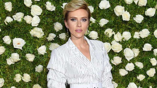 Scarlett Johansson brilla, sin necesidad de escote, en los Premios Tony