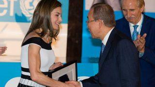 La Reina Letizia vuelve a apostar por una creación de la firma Carolina Herrera. / Gtres