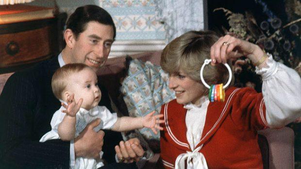 Los príncipes de Gales con su hijo Guillermo