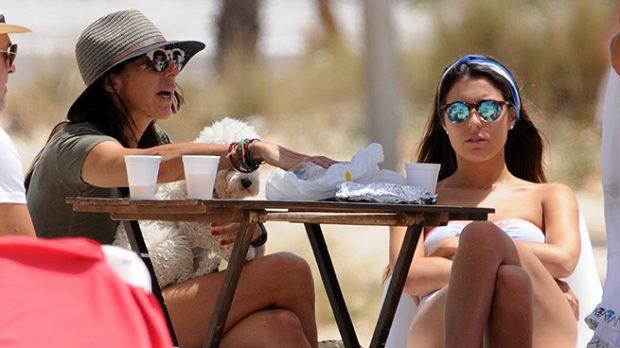 Anna Ferrer y su madre durante unas vacaciones en Cádiz /Gtres