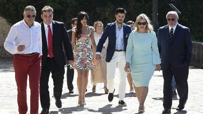 Las familias de la pareja a su llegada a la iglesia /Gtres
