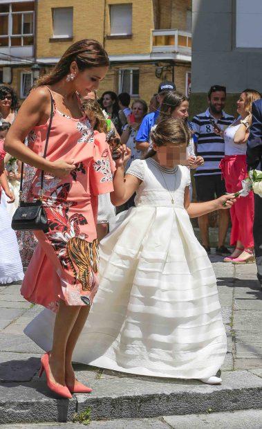 Paula y su pequeña por las calles de Candás /Gtres
