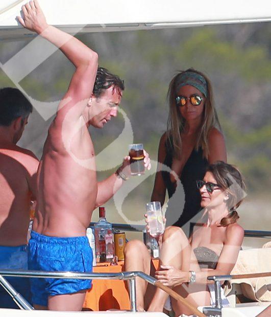 El jinete y su nueva amiga de vacaciones en Ibiza