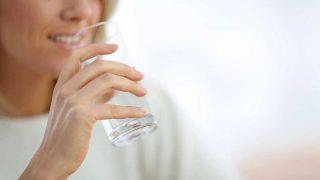 El sedentarismo y los malos hábitos alimenticios son algunos de los grandes culpables de la retención de líquidos. / Gtres