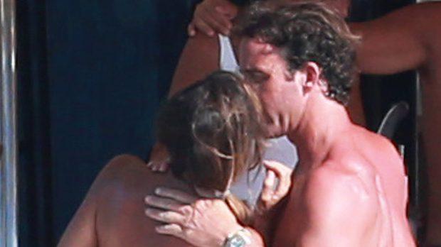 Álvaro Muñoz Escassi se deshace en halagos con una amiga en un yate /Gtres