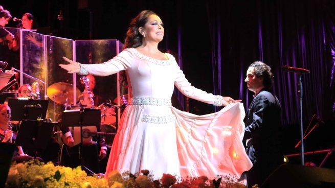 La cantante Isabel Pantoja durante el concierto en Sevilla