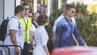 Cristiano Ronaldo junto a las personas que viajan junto a él hasta Ibiza /LOOK