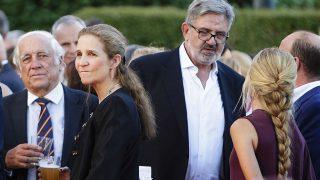 La infanta Elena y Carlos García Revenga en la fiesta del 4 de julio de la embajada de EEUU / Gtres