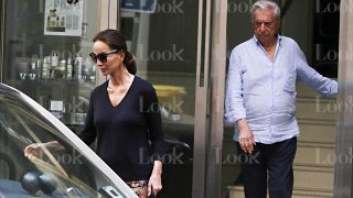 CONSULTA LA GALERÍA   El escritor Mario Vargas Llosa e Isabel Preysler a su salida de una clínica / LOOK
