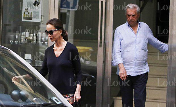 El escritor Mario Vargas Llosa e Isabel Preysler a su salida de una clínica
