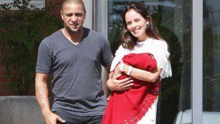 Roberto Carlos con su mujer Mariana Lucón saliendo del hospital /Gtres (PINCHAR EN LA IMAGEN PARA VER GALERÍA)