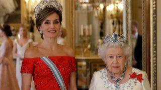 Letizia radiante de rojo en el Palacio de Buckingham / Gtres