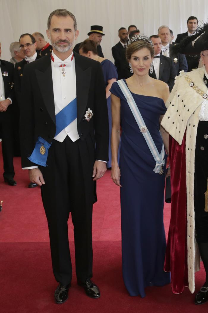 letizia vestido azul asimetrico visita estado reino unido 2017