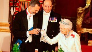 El rey Felipe y la reina Isabel durante el brindis / Gtres