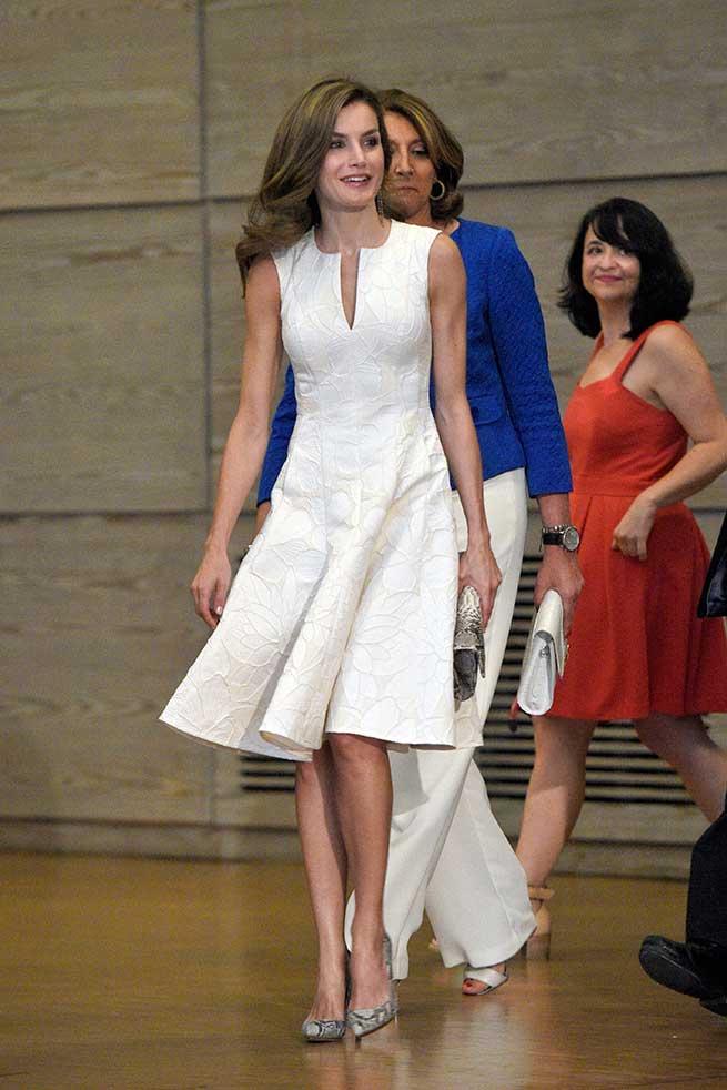 Letizia elige un vestido blanco de Carolina Herrera para su reaparición en España / Gtres