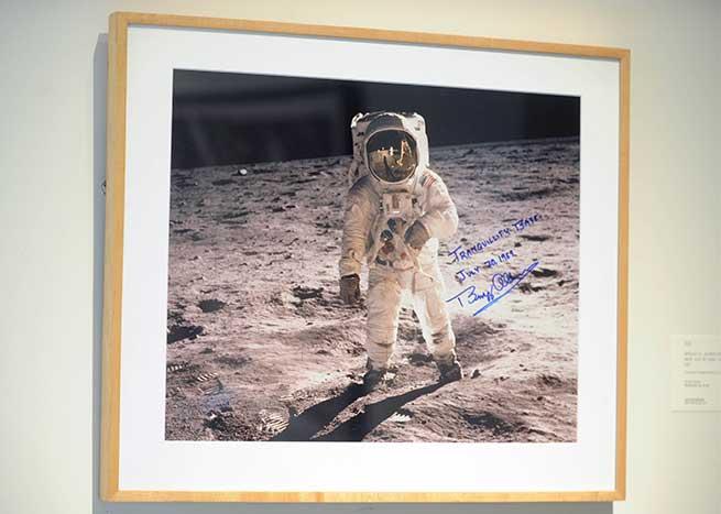 Imagen firmada por uno de los astronautas que consiguió pisar la luna / Gtres