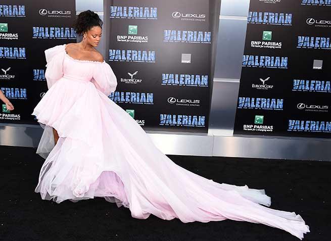 Rihanna, vestida de Giambattista Valli en Los Ángeles / Gtres