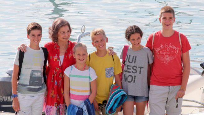 Doña Sofía con sus nietos