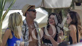 El actor Mario Casas rodeado de chicas con las que parece hablar animadamente /Gtres