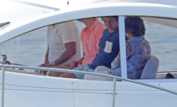 Froilán junto a su tío Felipe y su abuela Sofía en Mallorca