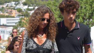Belinda Alonso con su hijo Hugo Nieto a su llegada al funeral de Ángel Nieto / Gtres