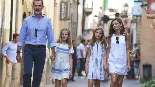 Los Reyes y sus hijas han finalizado su estancia en Mallorca con un paseo familiar / Gtres