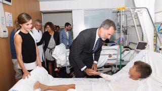 Los Reyes de España consolando a un niño víctima del atentado /Gtres