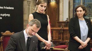 Los Reyes de España durante la firma de condolencias /Gtres (PINCHAR EN IMAGEN PARA VER GALERÍA)