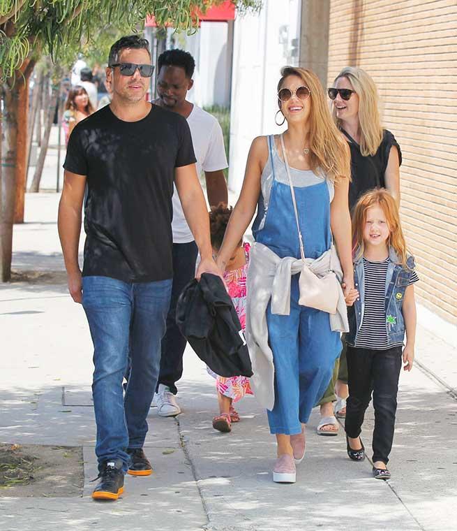 Jessica Alba paseando por Beverly Hills / Gtres