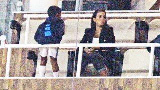 Georgina Rodríguez junto al hijo del deportista en la grada del Santiago Bernabéu /Gtres (PINCHAR EN IMAGEN PARA VER GALERÍA)