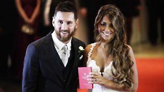 Lionel Messi y Antonella Roccuzzo junto al libro del registro civil / Gtres