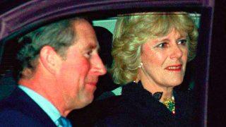El príncipe Carlos y Camilla Parker en una imagen de archivo, cuando se oficializó su relación / Gtres