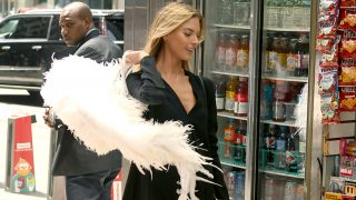 Martha Hunt paseando con sus alas por las calles de Manhattan